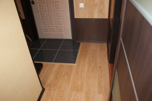 Как производится укладка пола в коридоре из плитки и ламината + фото сочетания покрытий