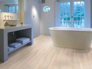 Каковы основные требования к ламинату в ванной комнате + отличия водостойкого, влагостойкого и пластикового покрытия