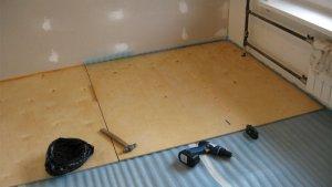 Как производится укладка фанеры под ламинат на деревянный и бетонный пол